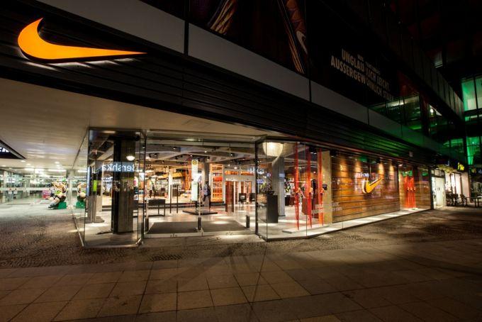 pretty cool biggest discount later Carl Lewis eröffnet am Freitag den neuen Nike Store Berlin ...