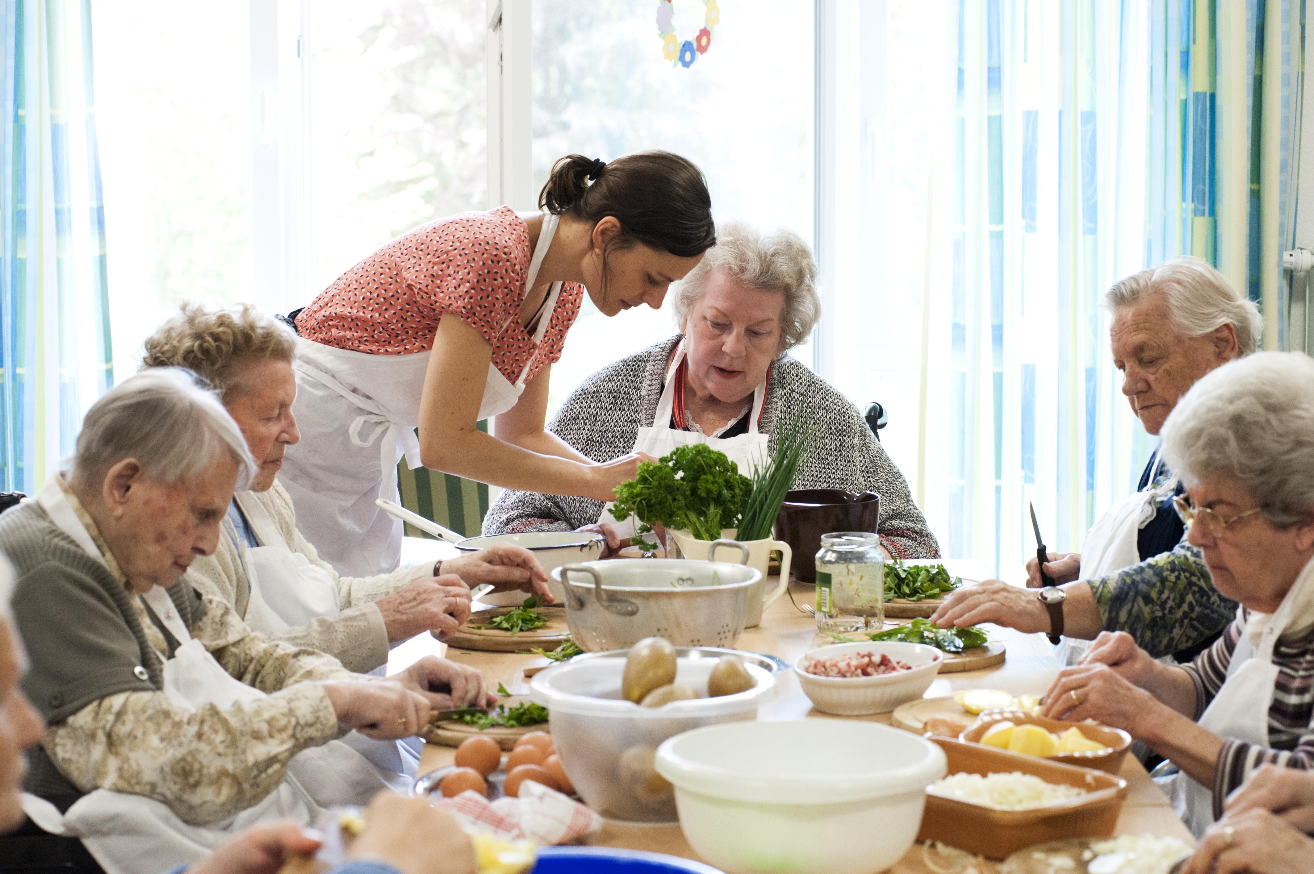 """Kochen wie früher – Für das Buch """"Wir haben einfach gekocht"""" verraten Omas ihre Geheimrezepte ..."""