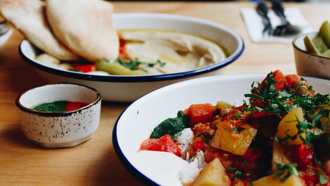 Mittagessen im Gordon in Neukölln: Hummus und israelischer Gemüseeintopf