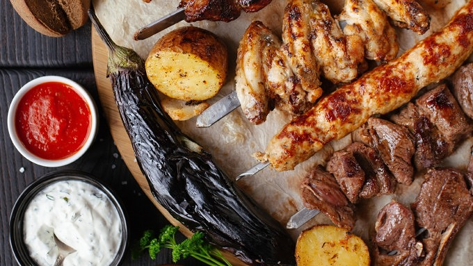 Fleischspieße und gegrilltes Gemüse