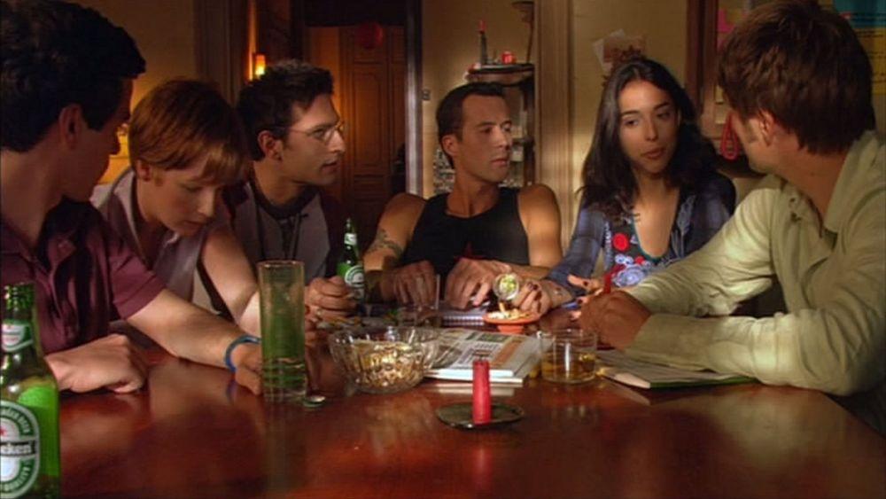 Sechs Personen sitzen in einer Wohngemeinschaft an einem Tisch, WG, WG-Phasen