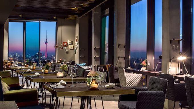 Das Sternerestaurant Skykitchen in Berlin mit Blick über die Stadt