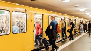 Menschen steigen in eine U-Bahn ein