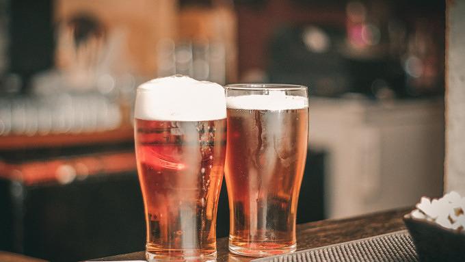Biergläser auf einem Tresen