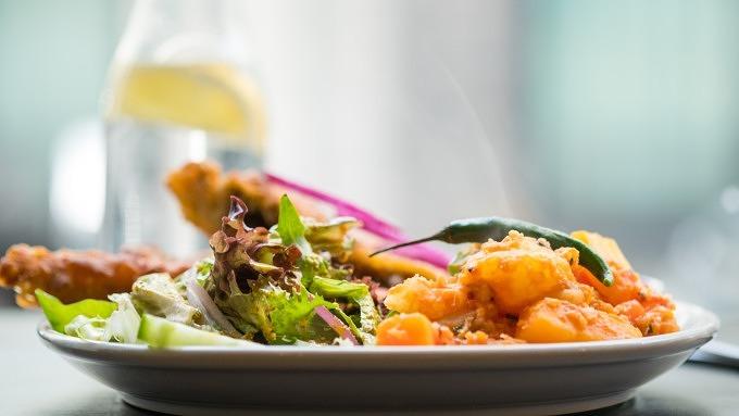 Ein Teller mit indischem Essen.