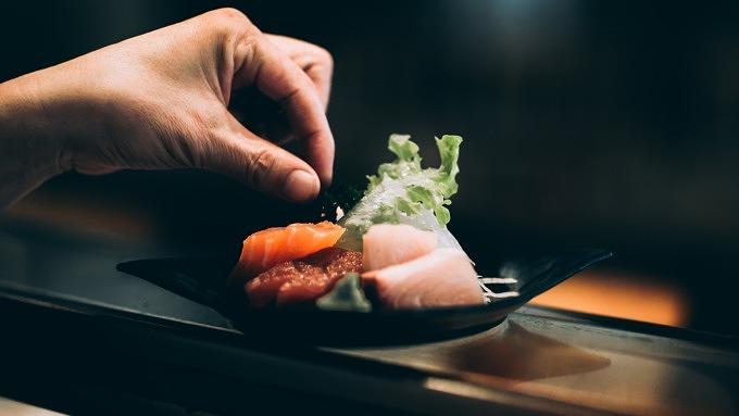 Sashimi in einer schwarzen Schale