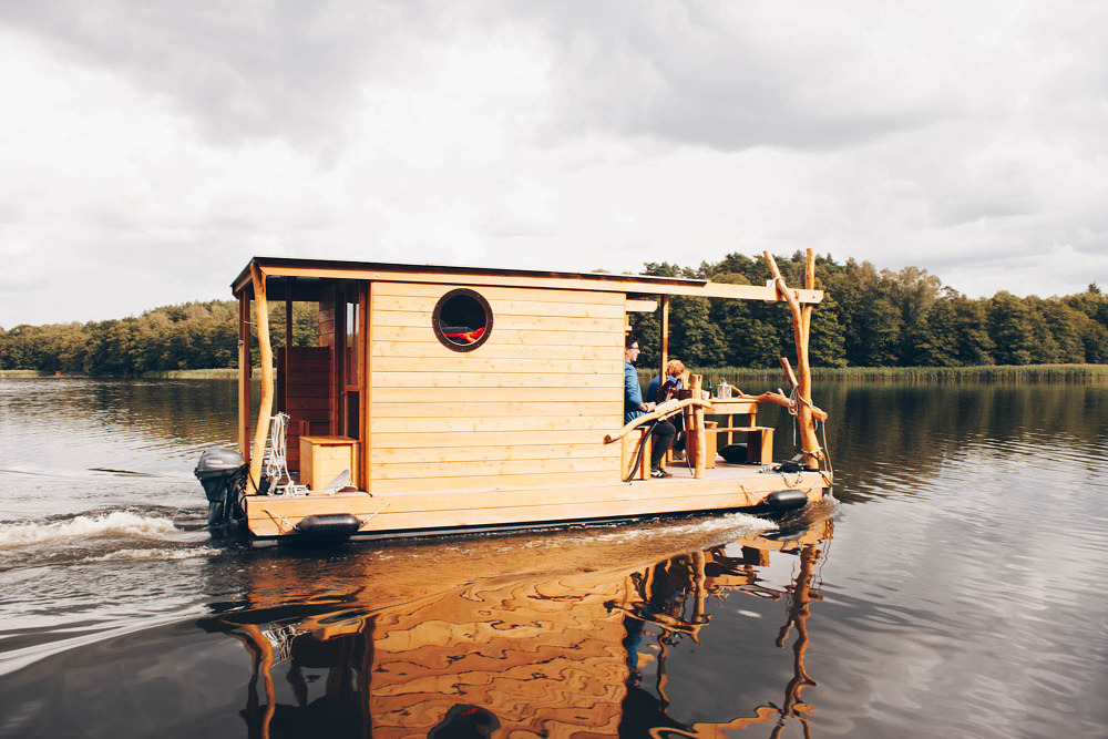 Floß auf der Ruppiner Seenlandschaft bei Molchow in Brandenburg