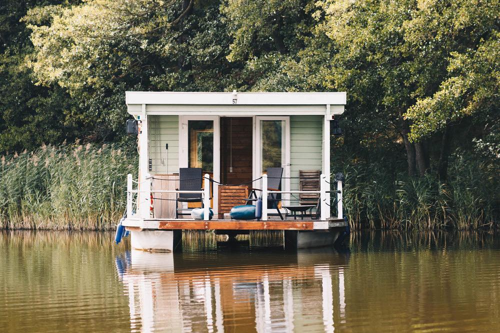 Hausboot in der Neuruppiner Seenlandschaft in Brandenburg