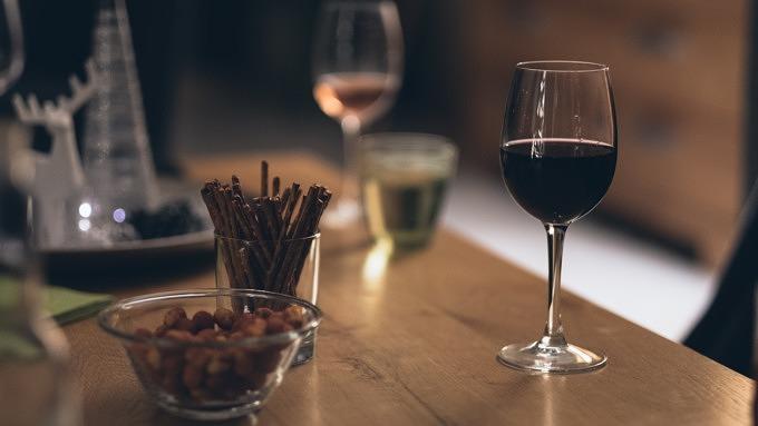 Weingkäser, Salzstangen und Nüsse