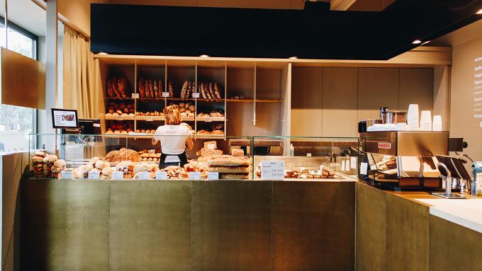 Foto aus der ersten Gragger Brot Filiale auf der Potsdamer Straße. Messingtresen und Brotauslage