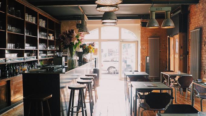 Bar am Ufer