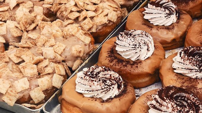 Zwei September-Specials von Brammibal's Donuts: Cinnamon Crunch und Tiramisu