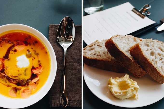 Karottensuppe und Sauerteigbrot mit Butter im REMI