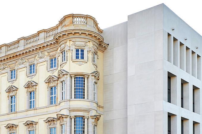 Blick auf die Ostfassade und die Südfassade des Humboldt Forums